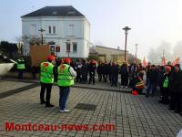 Manifestation devant la mairie (de gauche) de Saint-Vallier…