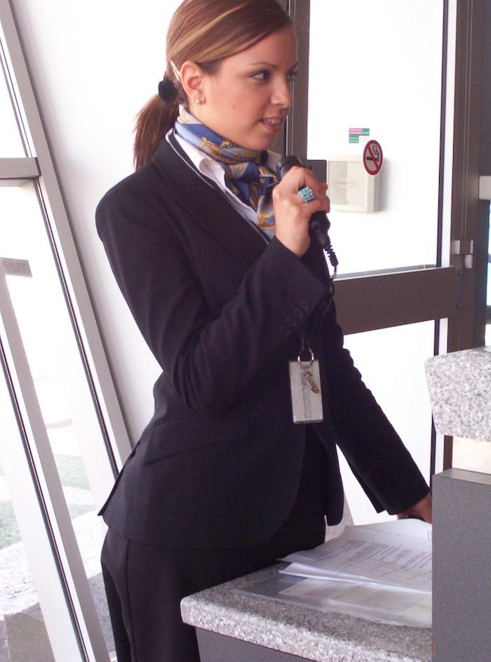 comment devenir hotesse d'accueil aeroport